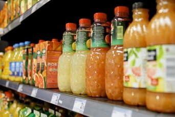 Zumos en un lineal de supermercado